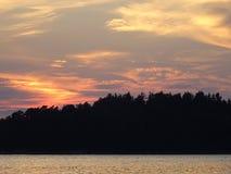 Allmost een zonsondergang in archipel door de golf van Finland Royalty-vrije Stock Afbeelding