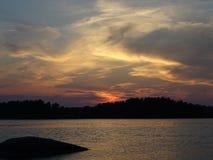 Allmost een zonsondergang in archipel door de golf van Finland Royalty-vrije Stock Foto's
