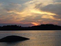 Allmost een zonsondergang in archipel door de golf van Finland Royalty-vrije Stock Afbeeldingen