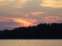 Allmost een zonsondergang in archipel door de golf van Finland Stock Foto's