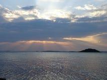 Allmost un coucher du soleil dans l'archipel par le golfe de Finlande images stock