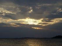 Allmost un coucher du soleil dans l'archipel par le golfe de Finlande photos stock