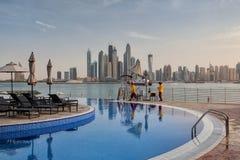 Allo stagno di fronte al distretto aziendale nel Dubai Fotografia Stock