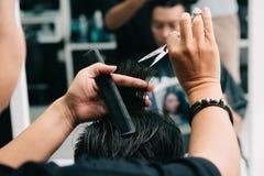 Allo stilista di capelli Fotografia Stock Libera da Diritti