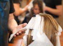 Allo studio dei capelli Fotografia Stock