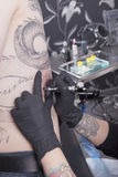 Allo studio del tatuaggio Immagine Stock