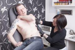 Allo studio del tatuaggio Fotografie Stock Libere da Diritti