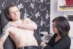 Allo studio del tatuaggio Fotografia Stock Libera da Diritti