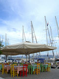 Allocation des places colorée de restaurant de port grec photos libres de droits