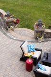 Allocation des places confortable sur le patio en pierre de luxe Photos stock
