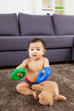 Allocation des places de bébé sur le tapis et la poupée de jeu Photographie stock libre de droits