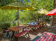 Allocation des places de café par la rivière Photo stock