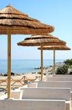 Allocation des places de station de vacances avec le parapluie de paille Image stock
