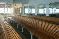Allocation des places en bois de banc sur le ferry-boat Photo libre de droits