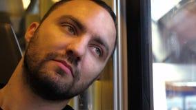 Allocation des places somnolente d'homme dans un train par la fenêtre banque de vidéos