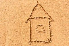 Alloggi attingere la sabbia bagnata al mare Fotografia Stock Libera da Diritti