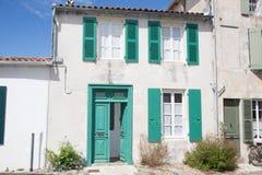 Alloggi bianco e verde, nel vecchio villaggio in Francia Fotografia Stock Libera da Diritti
