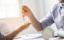 Alloggi chiave fornito dal rappresentante, concetto nel agent& x27 del mediatore di assicurazione; Fotografia Stock Libera da Diritti
