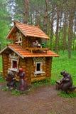 Alloggi con gli animali fantastici nel giardino di Dendrology nella città di Pereslavl-Zalessky Fotografia Stock Libera da Diritti