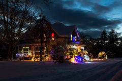 Alloggi con gli indicatori luminosi di Natale Immagini Stock