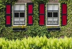 Alloggi con gli otturatori Giethoorn di rosso Fotografia Stock