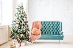 Alloggi con l'albero di Natale ed i regali Fondo di concetto, C felice Immagine Stock Libera da Diritti