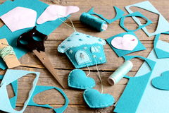 Alloggi con la decorazione dei cuori fatta da feltro, dagli strumenti e dai materiali per il cucito, modelli di carta sulla vecch Fotografia Stock