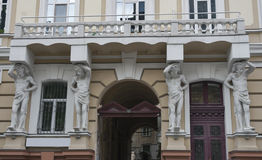 Alloggi con la statua dei atlantes nella regione storica di Odessa Fotografia Stock