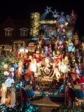 Alloggi con le luci di Natale alla notte, le altezze di Dyker, New York Immagine Stock