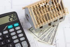 Alloggi in costruzione, calcolatore e dollaro sui disegni elettrici, concetto di valute della casa della costruzione Fotografia Stock