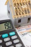 Alloggi in costruzione, calcolatore e valute euro sui disegni elettrici, concetto della casa della costruzione Fotografia Stock