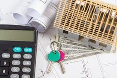 Alloggi in costruzione, chiavi, calcolatore e dollaro di valute sui disegni elettrici Fotografie Stock Libere da Diritti
