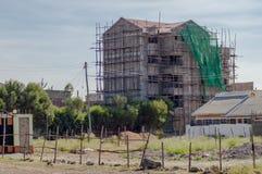 Alloggi in costruzione con un'armatura di legno nella città o Immagini Stock