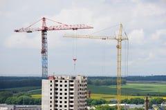 Alloggi in costruzione e gru sul cantiere Fotografia Stock Libera da Diritti