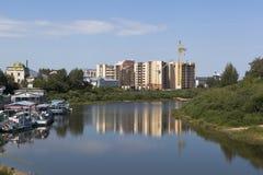 Alloggi in costruzione sulla sponda del fiume Vologda vicino alla stazione del fiume Fotografia Stock