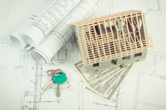 Alloggi in costruzione, valute dollaro e chiavi sui diagrammi elettrici per il progetto, sviluppanti il concetto domestico di cos Fotografia Stock Libera da Diritti