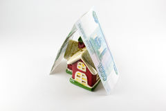 Alloggi e mille rubli di soldi su un fondo bianco Fotografia Stock Libera da Diritti