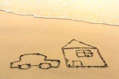 Alloggi e un'automobile attinta la spiaggia del mare Corsa Fotografia Stock