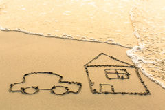 Alloggi e un'automobile che attinge la sabbia della spiaggia Immagini Stock Libere da Diritti