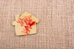 Alloggi a forma di tagliato di legno su una tela di tela Immagine Stock Libera da Diritti