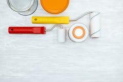 Alloggi gli strumenti del rinnovamento sul fondo di legno grigio dello scrittorio Fotografie Stock Libere da Diritti