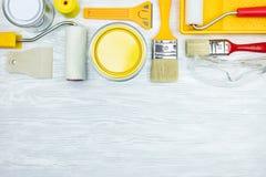 Alloggi gli strumenti del rinnovamento sulla vista piana del fondo di legno grigio Fotografia Stock Libera da Diritti
