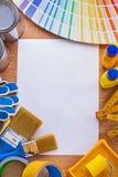 Alloggi gli strumenti della pittura di miglioramento ed il fan di pantone sopra Fotografia Stock Libera da Diritti