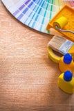 Alloggi gli strumenti della pittura di miglioramento ed il fan di pantone sopra Fotografie Stock Libere da Diritti