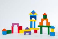 Alloggi i blocchetti del giocattolo ha isolato il fondo bianco, poca casa di legno Fotografia Stock Libera da Diritti