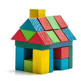 Alloggi i blocchetti del giocattolo su fondo bianco, poca casa di legno Fotografia Stock