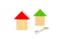 Alloggi i blocchetti di legno del giocattolo con la chiave isolati sopra Immagine Stock