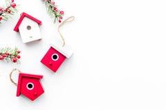 Alloggi i giocattoli per decorare l'albero di Natale per la celebrazione del nuovo anno con i rami di albero della pelliccia sul  Fotografie Stock Libere da Diritti