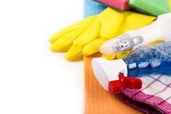 Alloggi i prodotti e le attrezzature di pulizia con lo spazio della copia Immagini Stock