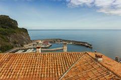 Alloggi i tetti del villaggio costiero del marinaio di Lastres in Asturie Fotografie Stock Libere da Diritti